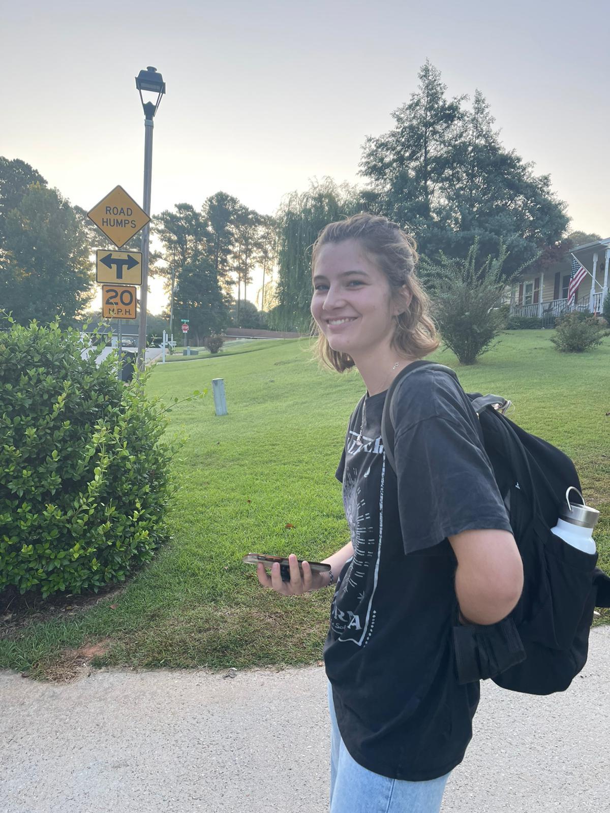 Teilnehmerin mit Rucksack in Park