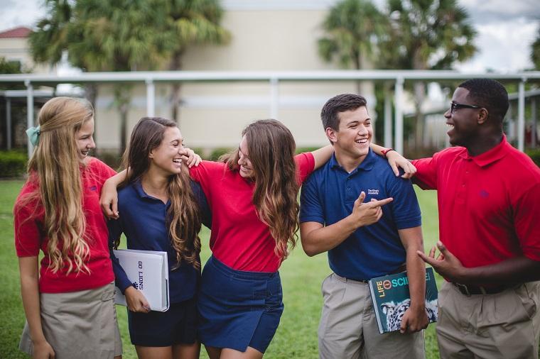 Eine Gruppe von Schüler:innen in Schuluniform