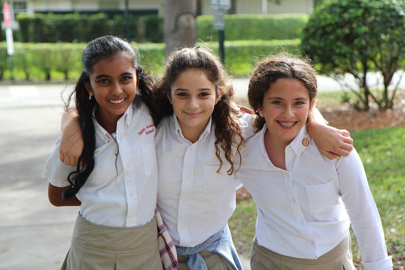 Eine Gruppe von Schülerinnen in Schuluniform