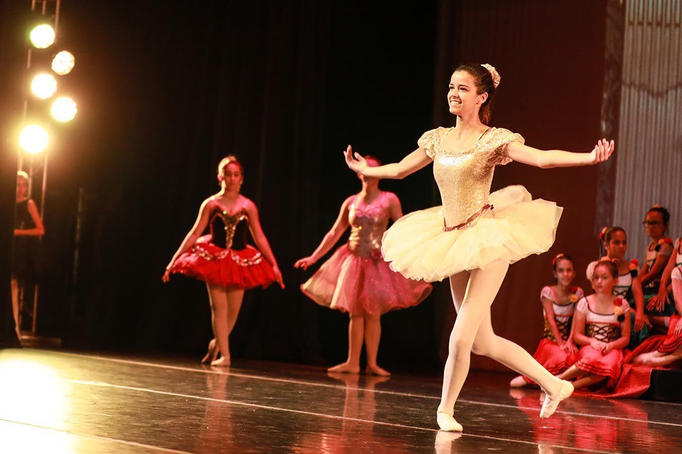 Eine Schülerin tritt bei einer Ballet Aufführung auf