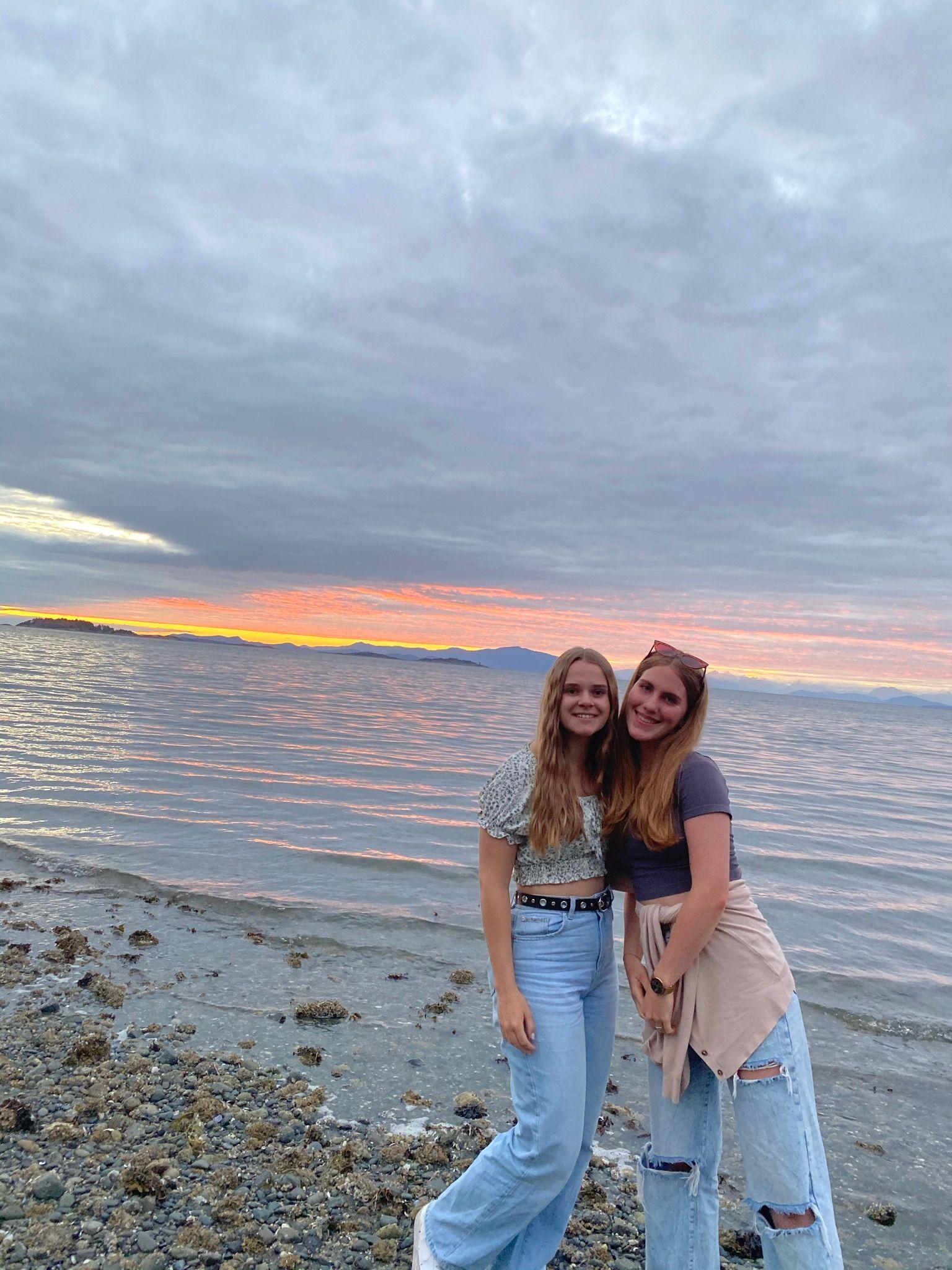 Zwei Teilnehmerinnen am See bei Sonnenuntergang