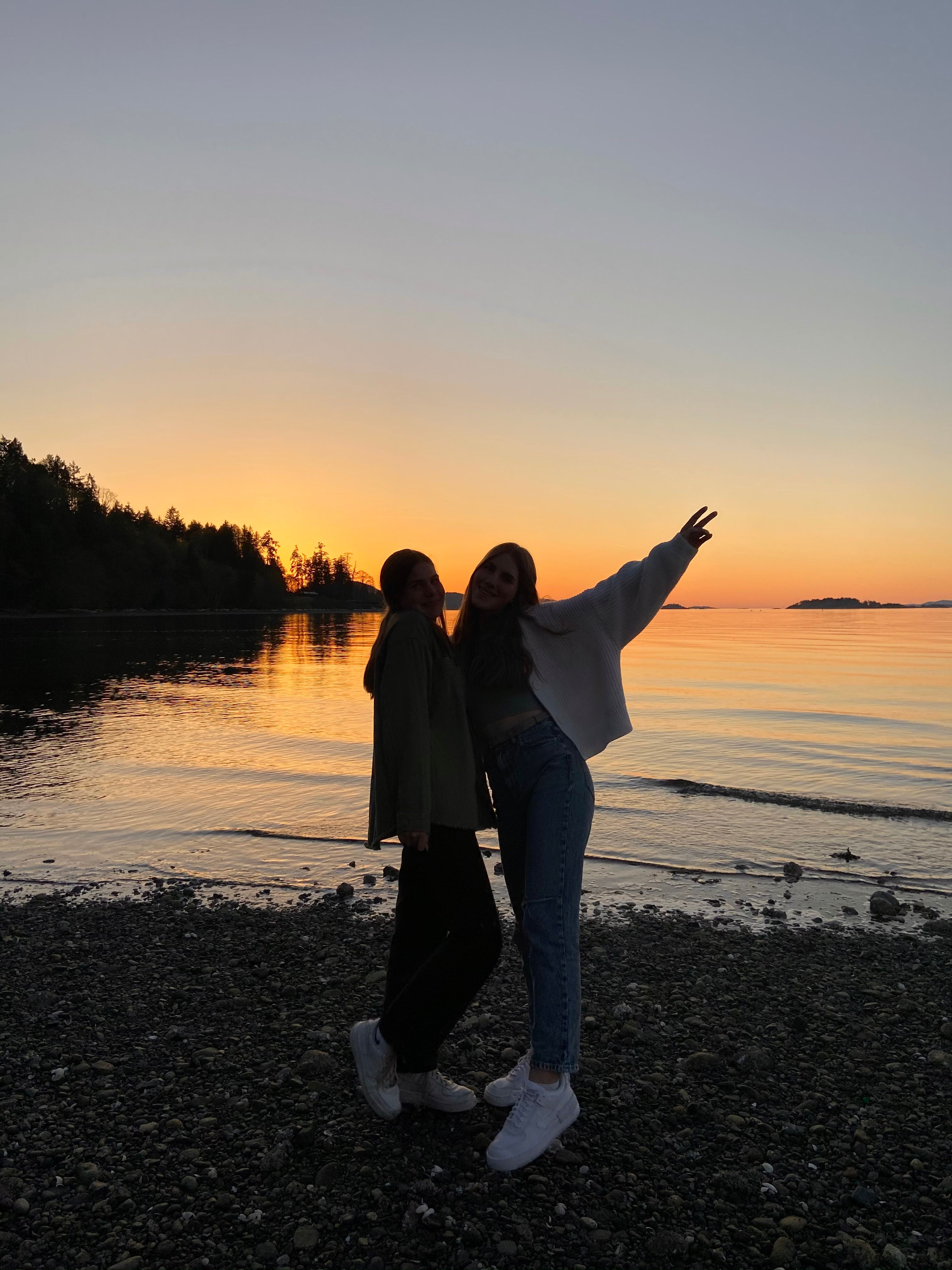 Zwei Freundinnen am See beim Sonnenuntergang
