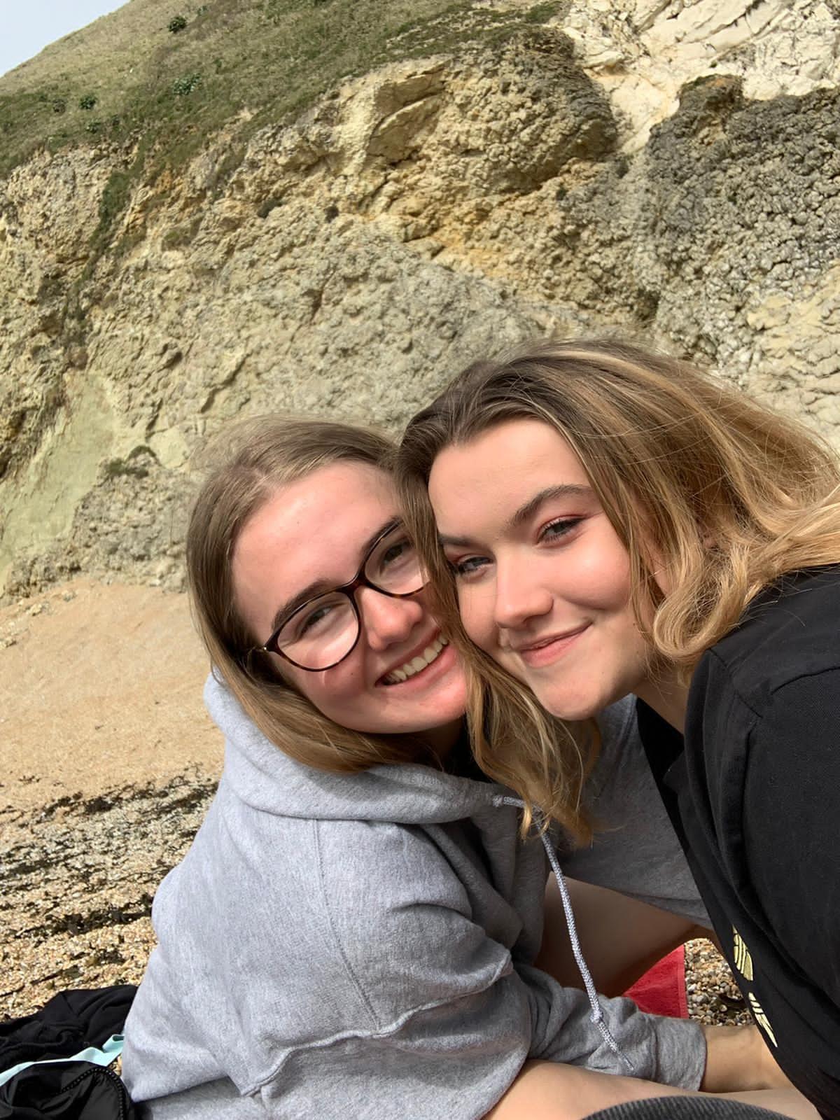 Zwei Teilnehmerinnen während eines Ausflugs