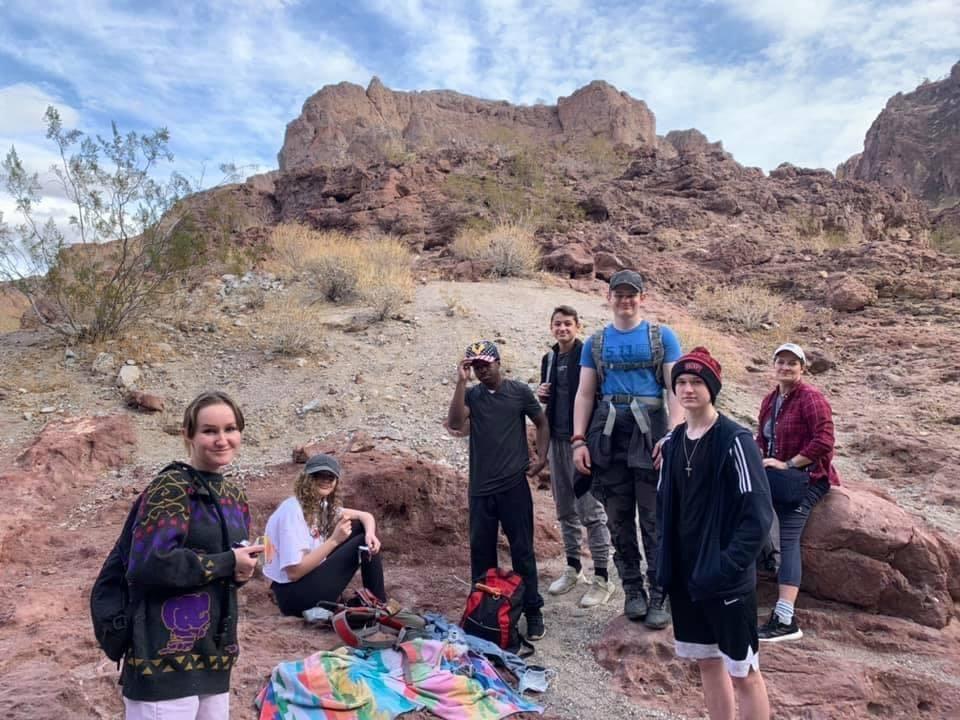 Eine Gruppe von Jugendlichen bei einem Wanderausflug