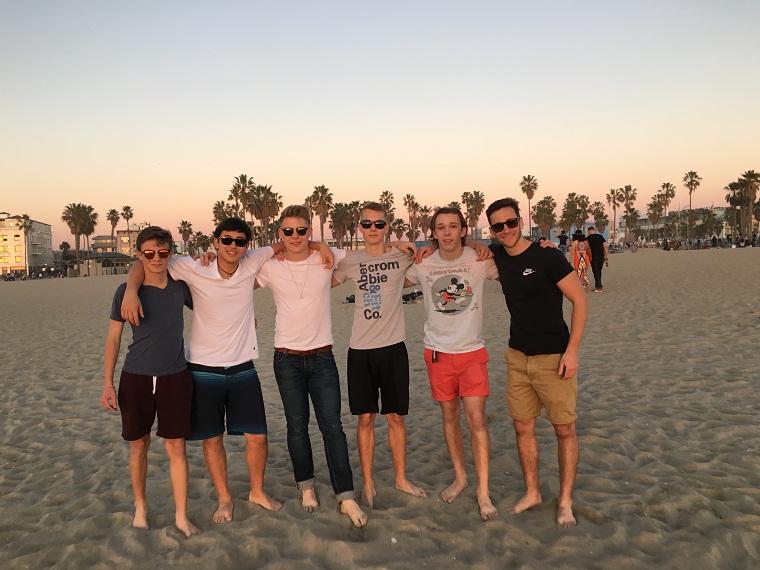 Gruppe von Jugendlichen am Strand
