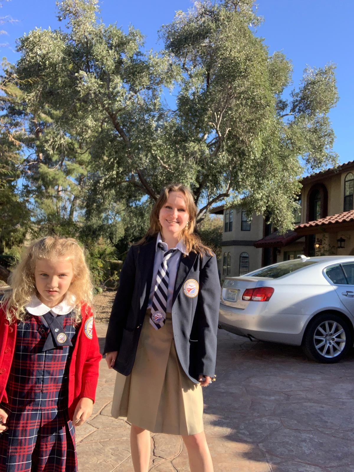 Teilnehmerin mit Gastschwester in Schuluniform
