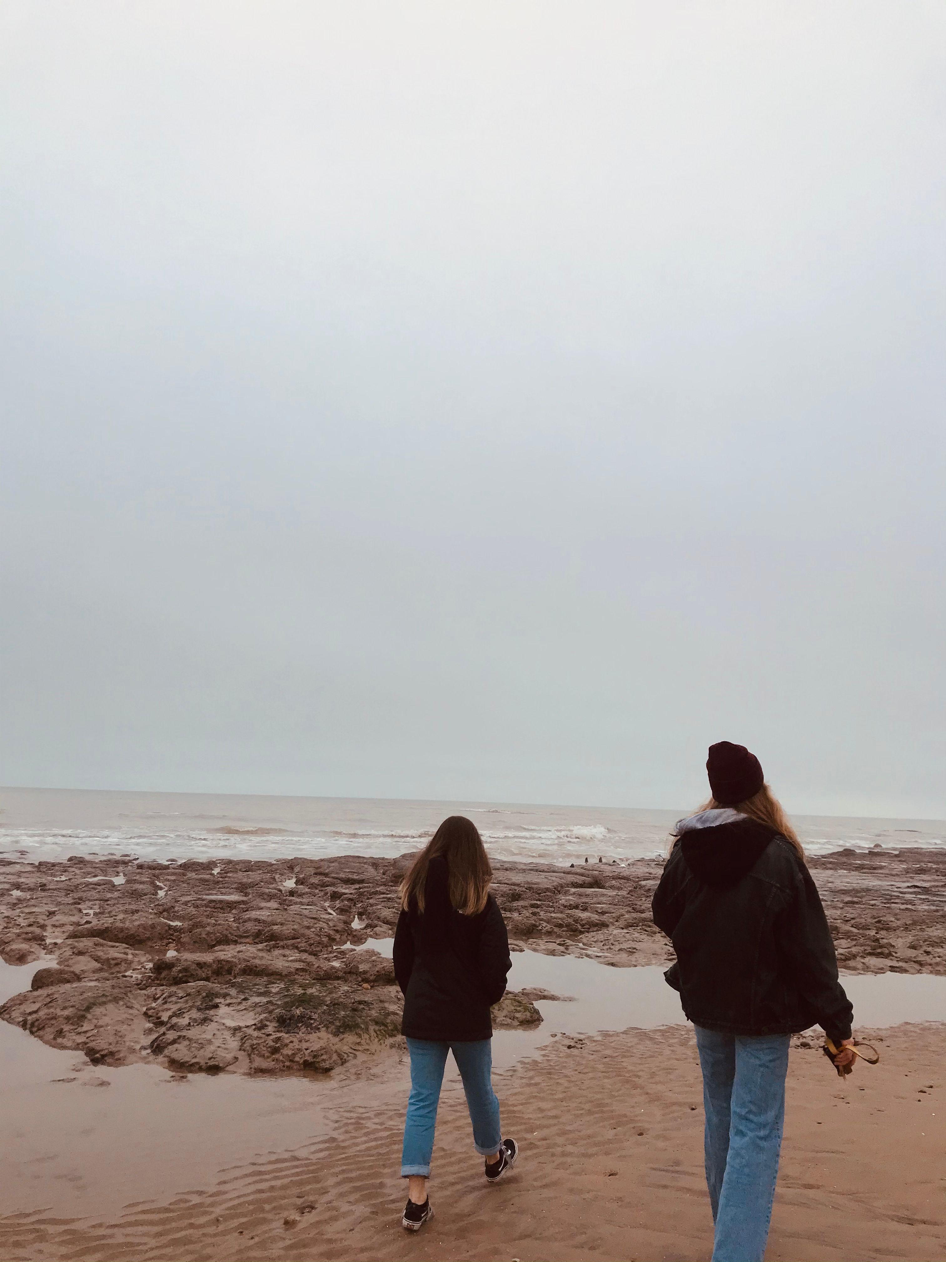 Teilnehmerin mit Gastschwester am Strand