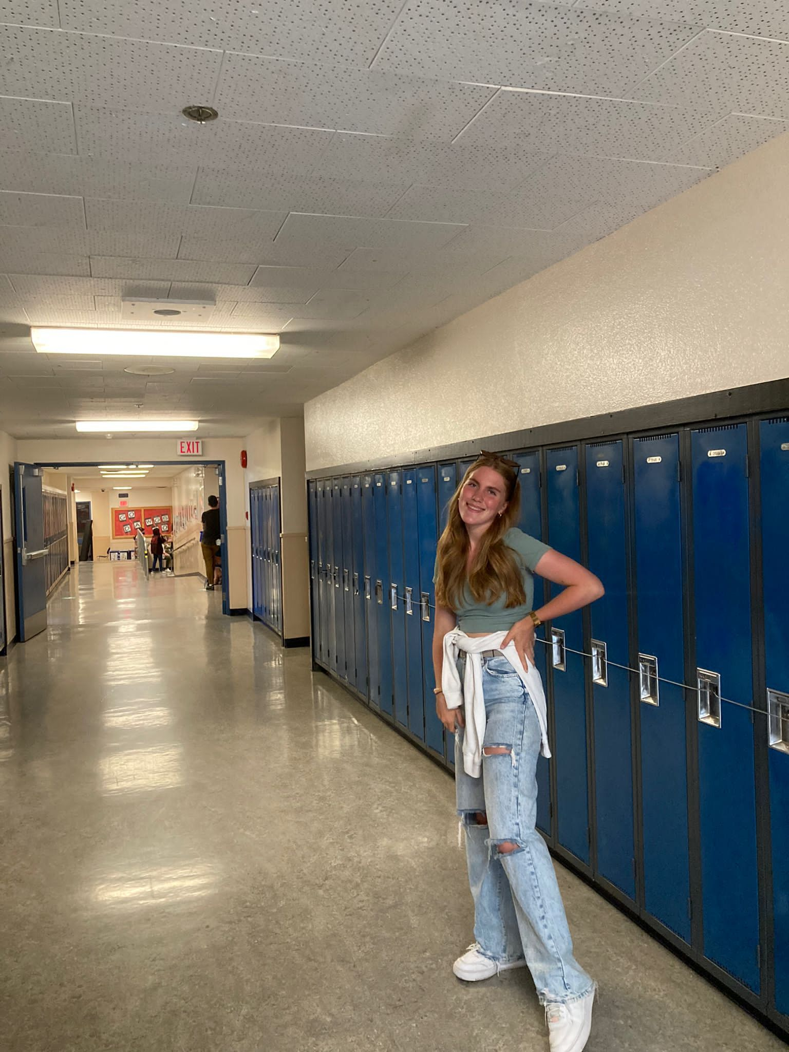 Teilnehmerin in typisch amerikanischer High School vor Schulspinden