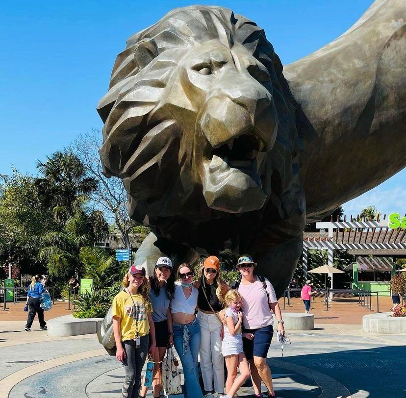 Teilnehmer mit Gastfamilie bei einem Ausflug